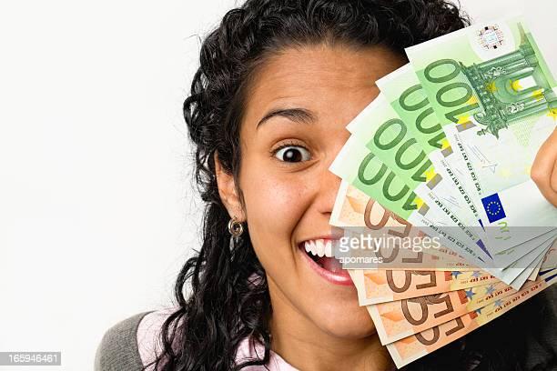 Heureuse jeune femme avec de l'argent dans les mains