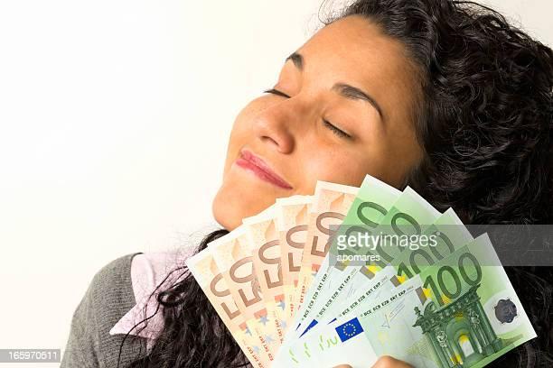 Felice giovane donna con soldi in mano