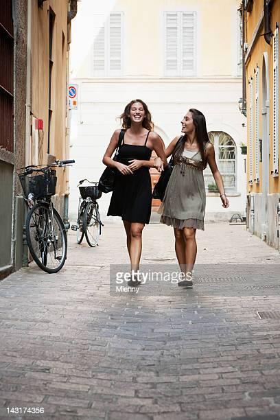 幸せな若い女性のショッピングツアーで、イタリアの通り - イタリア コモ県 ストックフォトと画像