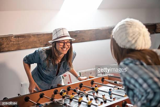 Heureuse jeune femme jouer au baby-foot