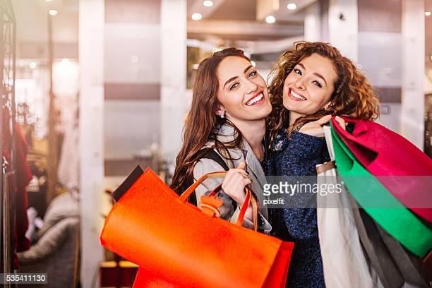 Heureuse jeune femme avec des sacs