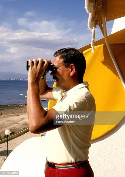 Harald Dietl Bucht von Palma Mallorca Spanien Europa Urlaub Fernglas beobachten anschauen Meer Strand BuchAutor SynchronSprecher Schauspieler MW/TP