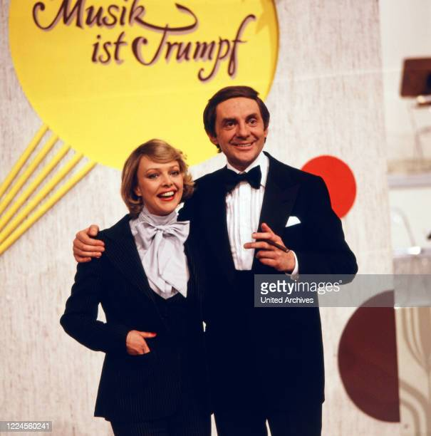 Harald Juhnke and Barbara Schöne are moderating the musical revue Show 'Musik ist Trumpf' on ZDF channel Germany 1979