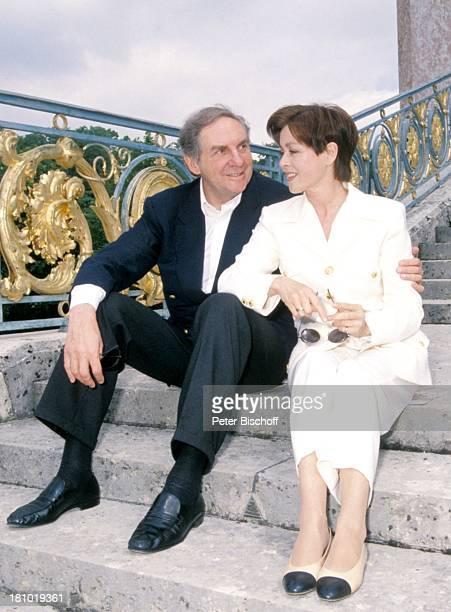 Harald Juhnke, Ehefrau Susanne Juhnke, Paris/Frankreich, , Schloss Versailles, Privat, Gelaender, Treppe, sitzen, Sonnenbrille, Saenger, Entertainer,...