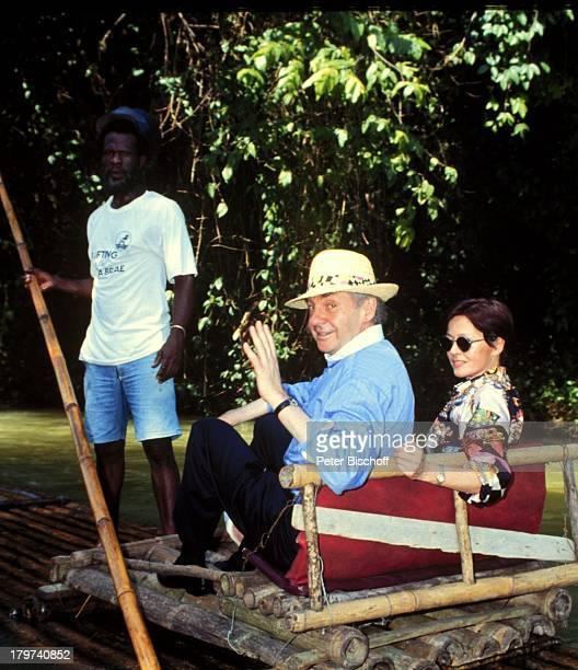 Harald Juhnke mit Ehefrau Susanne und einem Einheimischen auf dem BambusFloß am Rande der Dreharbeiten zur PRO 7 Serie Glückliche Reise...