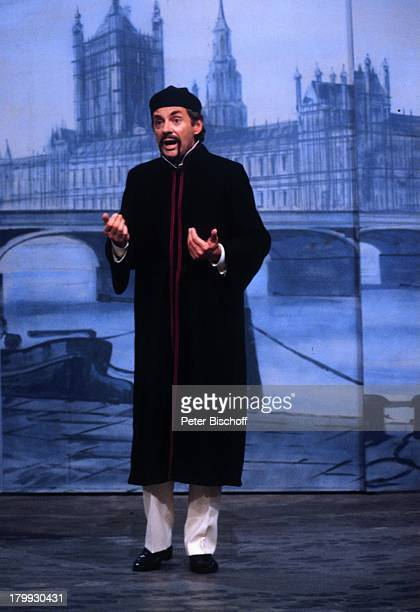 """Harald Juhnke verkleidet als Chinese, """"Die ganze Welt ist himmelblau"""", Theater, Bühne, Auftritt, Kulisse """"London, Big Ben"""", Schauspieler,..."""