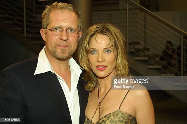 Harald Krassnitzer Lebensgefährtin AnnKathrin Kramer Gala Verleihung Deutscher Fernsehpreis 2002 Köln Coloneum Foyer Freundin Brille