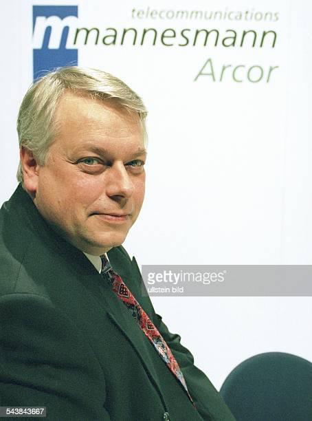 Harald Stöber Vorstandsvorsitzender von Mannesmann Arcor AG Über ihm das Logo der Firma