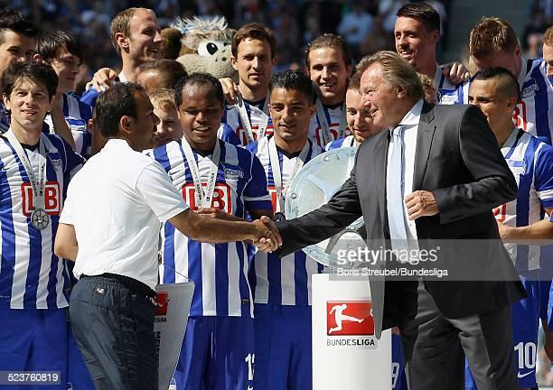 Harald Strutz uebergibt dem Trainer Jos Luhukay von Hertha BSC eine Medaille zur 2 Bundesliga Meisterschaft nach dem 2Bundesligaspiels zwischen...