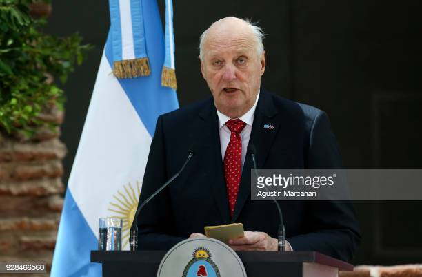 Harald V of Norway delivers a speech at Casa Rosada during the official visit of the Kings of Norway to Buenos Aires on March 6 2018 in Buenos Aires...