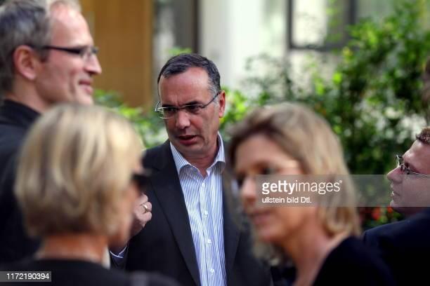Harald Wolf Senator für Wirtschaft Technologie und Frauen und Bürgermeister von Berlin Wahlkampf Spitzenkandidat diskutiert mit Lesern der Berliner...