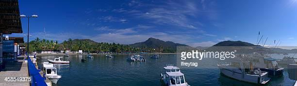 puerto y a los barcos de pesca, zihuatanejo, méxico - ixtapa zihuatanejo fotografías e imágenes de stock