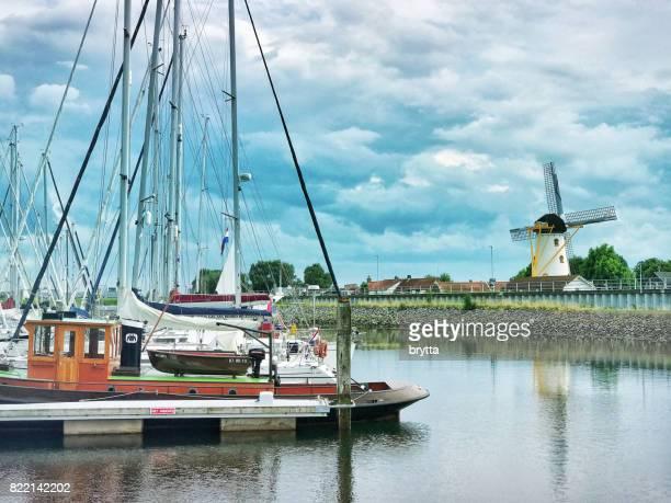 港、Wemeldinge、ゼーラント州、オランダの風車