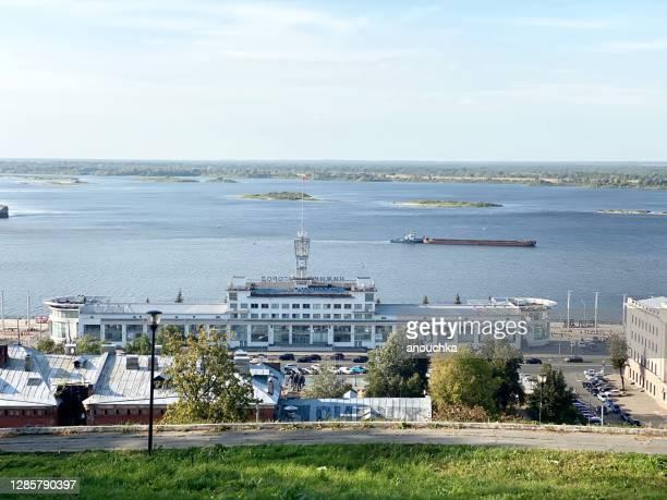 ヴォルガ川の港の建物と景色、ニズンヒ・ノヴゴロド、ロシア - ニジニ・ノヴゴロド ストックフォトと画像