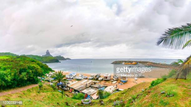 harbor de santo antônio de noronha beach. this is where the boats that supply the island arrive and the starting point for sightseeing. it has a small sandy beach, with calm waters. - crmacedonio stock pictures, royalty-free photos & images