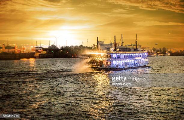 harbor tour hamburg bei Sonnenuntergang