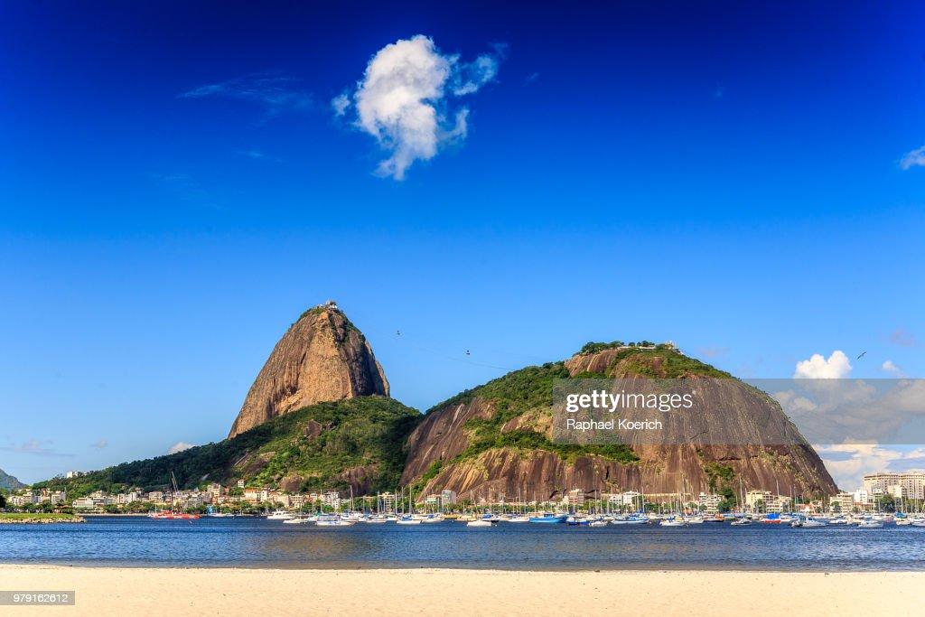 Harbor with boats against Sugarloaf Mountain, Rio de Janeiro, Brazil : Foto de stock