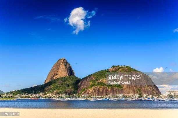 harbor with boats against sugarloaf mountain, rio de janeiro, brazil - rio de janeiro imagens e fotografias de stock