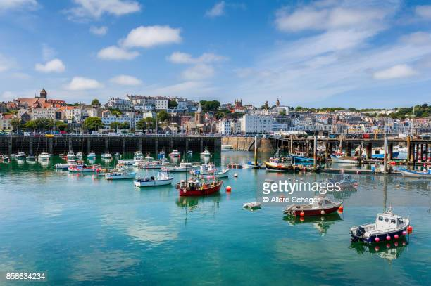 harbour and skyline of saint peter port guernsey - isola di guernsey foto e immagini stock