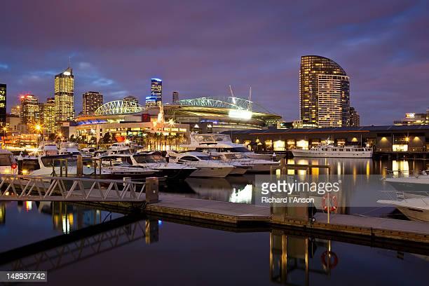 harbour and stadium at docklands. - docklands stadion melbourne stockfoto's en -beelden