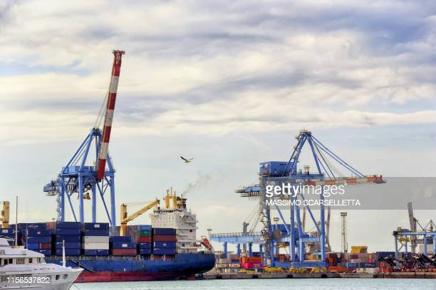 harbour cranes in genoa commercial port. - porto marittimo foto e immagini stock