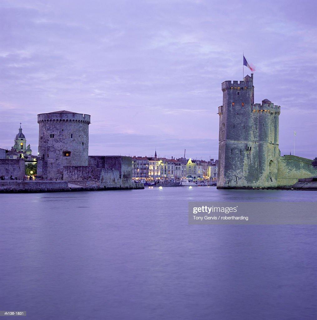 Harbour entrance with Tour de la Chaine on left and Tour St. Nicolas (St. Nicholas Tower) on right, La Rochelle, Poitou Charentes, France, Europe : Foto de stock