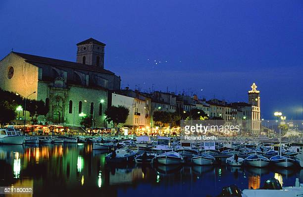 harbour of la ciotat with church and row of houses at night, france - la ciotat photos et images de collection
