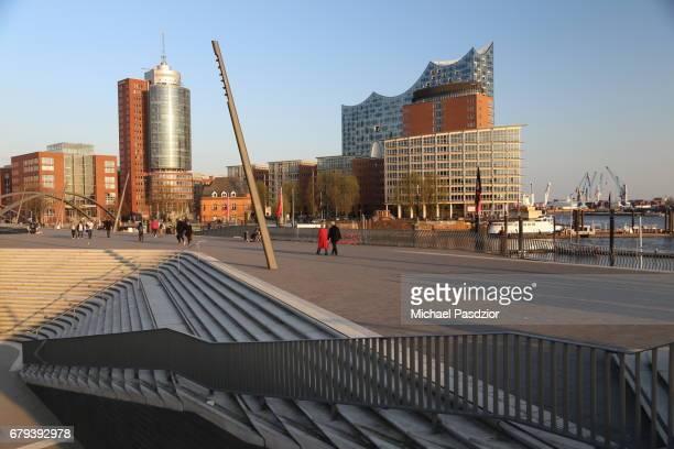 harbour promenade and elbphilharmonie - mensch im hintergrund stock-fotos und bilder