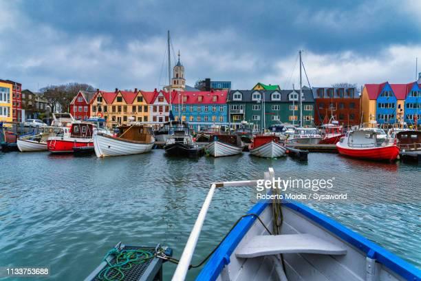 harbour, torshavn, faroe islands - islas faroe fotografías e imágenes de stock