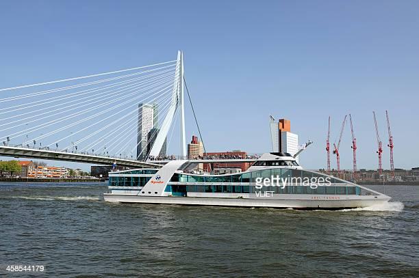 gita in barca nel porto di rotterdam sul nuovo-fiume meuse - ponte sostenuto da cavi foto e immagini stock