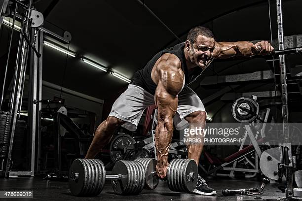 hardcore workout - bodybuilding stockfoto's en -beelden