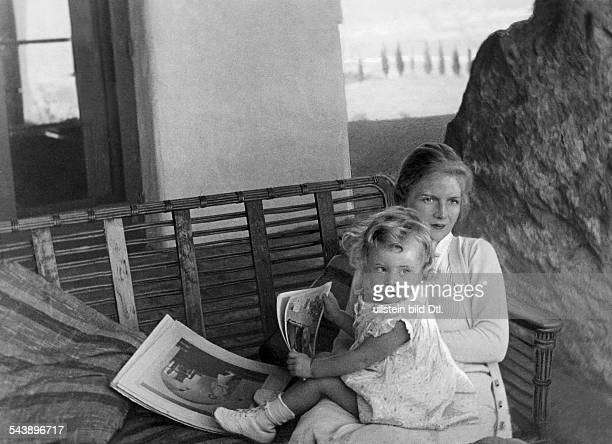 Harding Ann Actress USA* with her daughter Photographer Erich Salomon Published by 'Das Blatt der Hausfrau' 01/1931Vintage property of ullstein bild