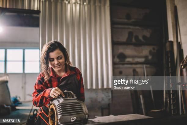 Hardwerkende meisje monteur