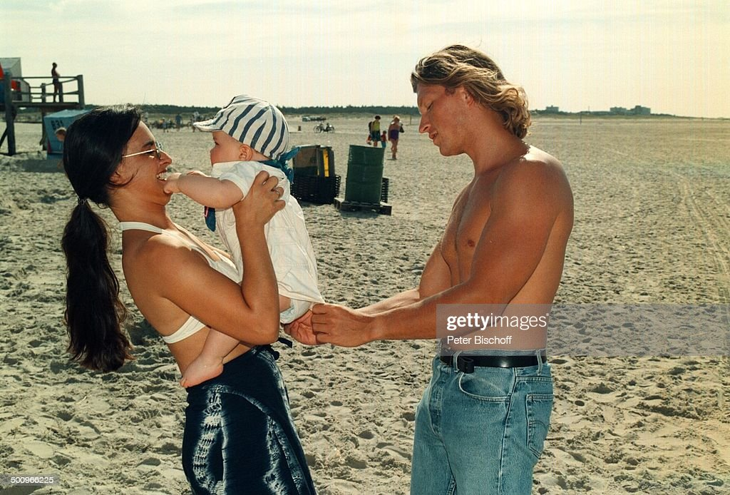 Familie nackt am strand