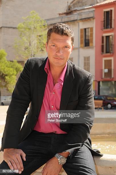 Hardy Krüger jun ARDKrimiReihe Toni Costa 1 Folge Der rote Regen Insel Mallorca Balearen Spanien Europa Brunnen Urlaub Schauspieler Promi BB FTP PNr...