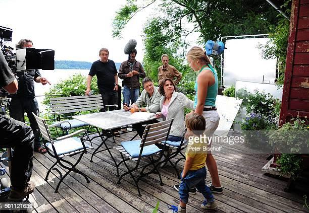 Hardy Krüger jun daneben Gisa Zach Paulina Schwab mit Luis Grünler an der Hand Kameramann TonMann Drehteam Dreharbeiten zur ZDFSerie Forsthaus...