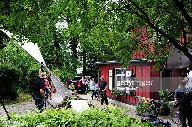Hardy Krüger jun daneben re Gisa Zach davor v hi Paulina Schwab bei einer DrehPause Mitarbeiter DrehTeam Dreharbeiten zur ZDFSerie Forsthaus Falkenau...