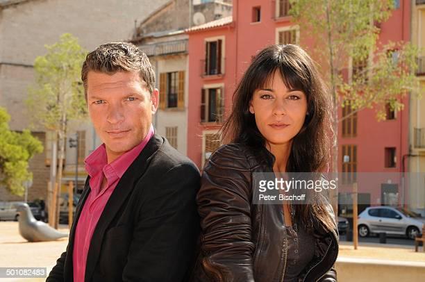 Hardy Krüger jun Edita Malovcic ARDKrimiReihe Toni Costa 1 Folge Der rote Regen Insel Mallorca Balearen Spanien Europa Brunnen Schauspieler...