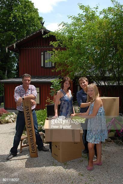 Hardy Krüger jun Gisa Zach Leon Sokar Paulina Schwab ZDFSerie Forsthaus Falkenau 22 Staffel Starnberg Bayern Deutschland Europa Umzug Umzugskartons...