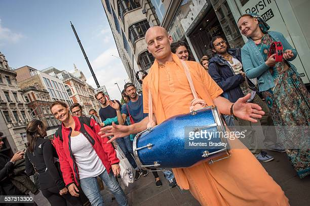 hare-krishna parade in london - nirvana members stock pictures, royalty-free photos & images