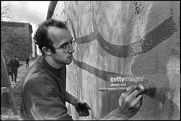Haring Keith Painter USA painting the Berlin Wall near Checkpoint Charlie