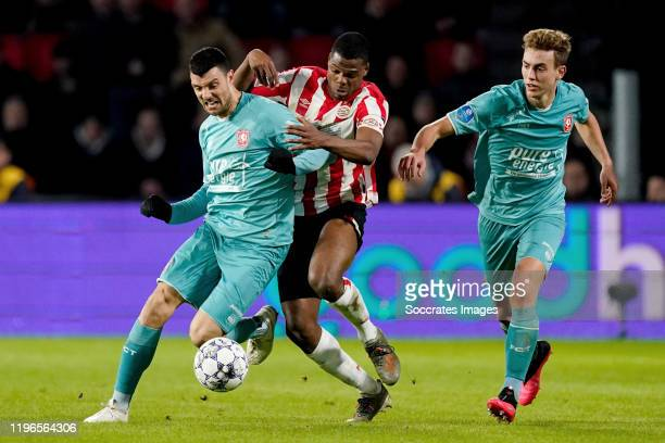 Haris Vuckic of FC Twente Denzel Dumfries of PSV Oriol Busquets of FC Twente during the Dutch Eredivisie match between PSV v Fc Twente at the Philips...