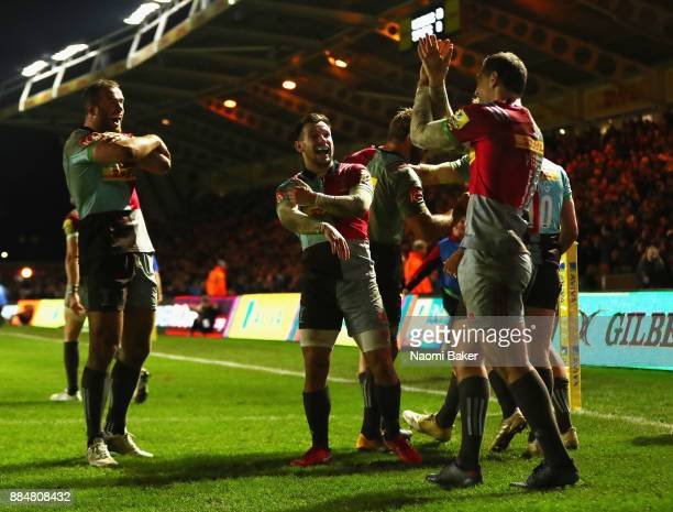 Harlequins celebrate after Tim Visser scores the winning try during the Aviva Premiership match between Harlequins and Saracens at Twickenham Stoop...