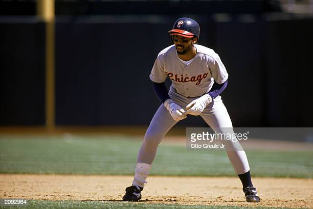Harold Baines of the Chicago White Sox leads off base during the 1989 season