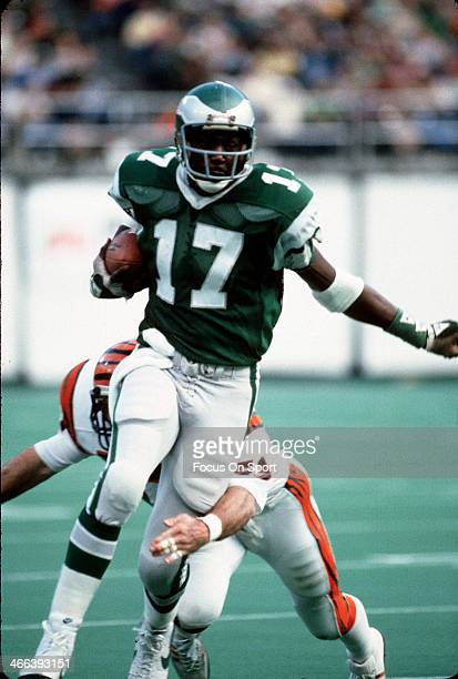 Harold Carmichael of the Philadelphia Eagles runs with the ball against the Cincinnati Bengals during an NFL football game December 7 1975 at Veteran...