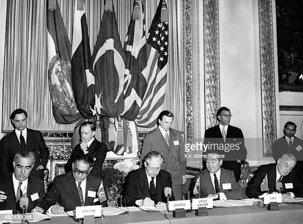 Harold Macmillan, premier ministre anglais, entoure par Feroz Khan Noon, premier ministre du Pakistan, Adnan Menderes, premier ministre de la...