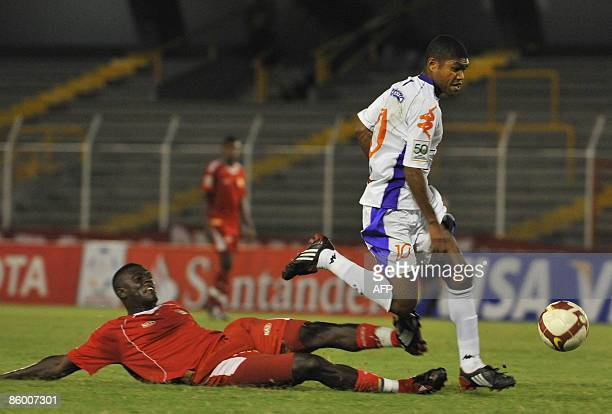 Harold Viafara of Colombia's America de Cali vies for the ball with Marcos Garcia Nascimento of Uruguayan's Defensor Sporting during their Copa...