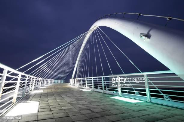 harp bridge in hsinchu at dusk - ponte sostenuto da cavi foto e immagini stock
