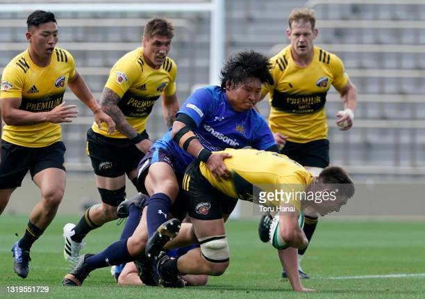 Harry Hockings of the Suntory Sungoliath is tackled Keita Inagaki of Panasonic Wild Knights during the Top League Playoff & Japan Rugby Championship...