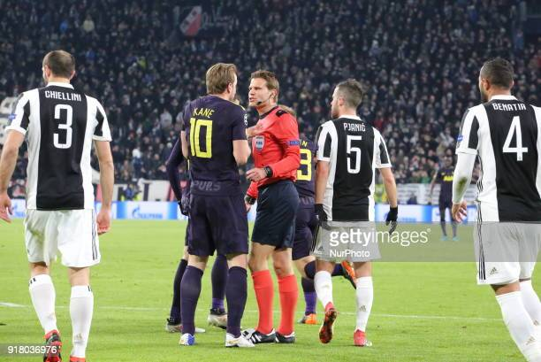 Harry Kane discuss with the referee during the UEFA Champions League 2017/18 football match between Juventus FC and Tottenham Hotspur FC at Allianz...